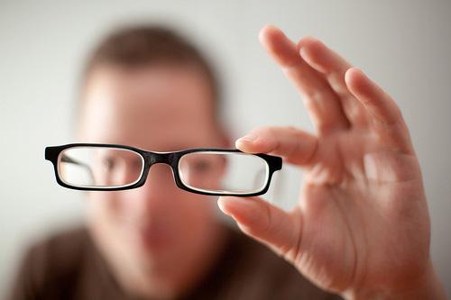 đeo kính khắc phục tật cận thị